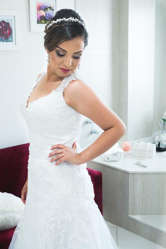 Reatrado da noiva pronta com seu vestido antes da cerom^nia de casamento