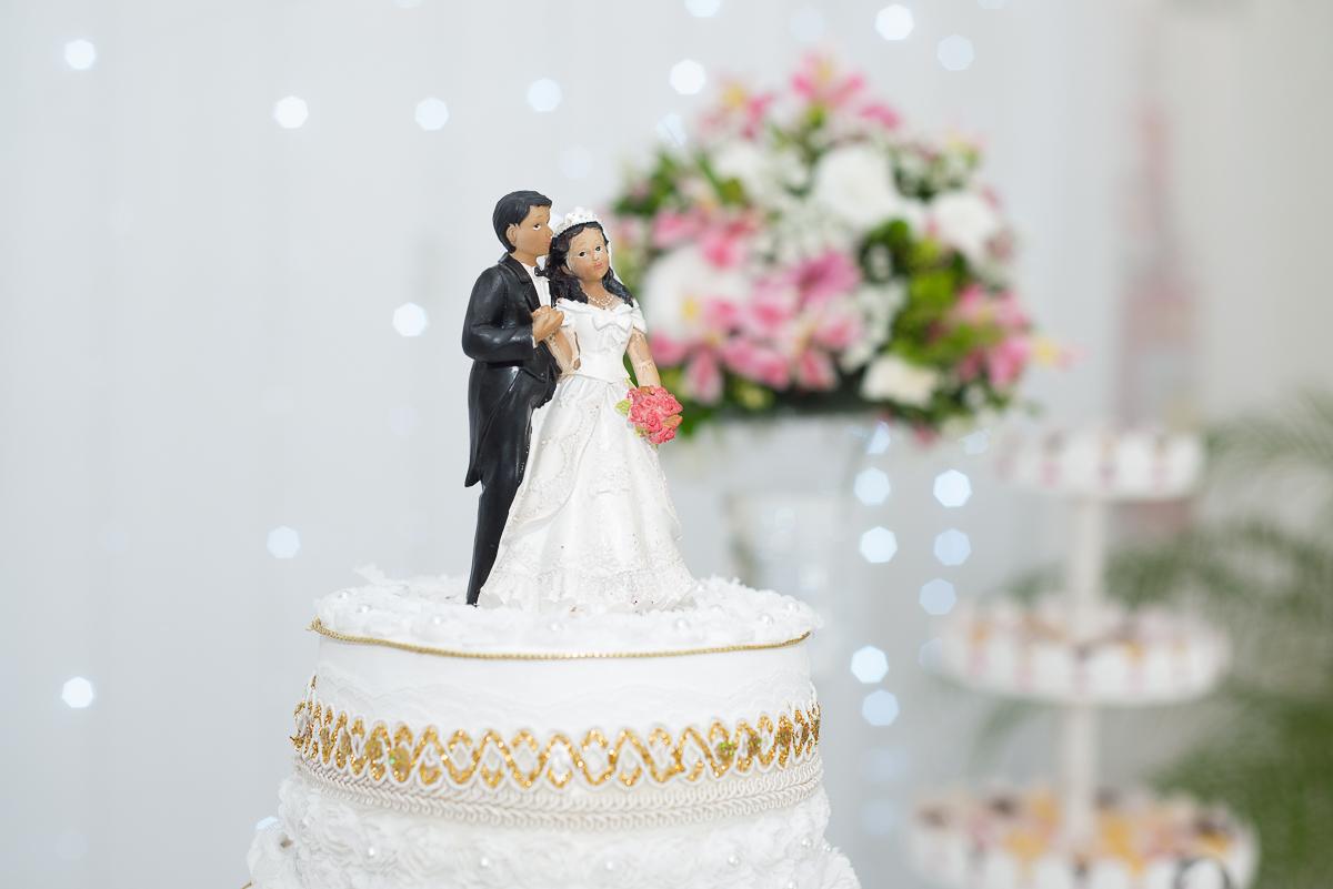 Detalhe dos noivinhos que comões a decoração do bolo dos noivos