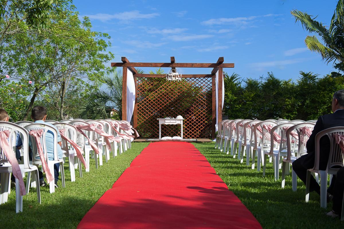 Foto panorâmica do local da cerimônia de casamento ao ar livre.