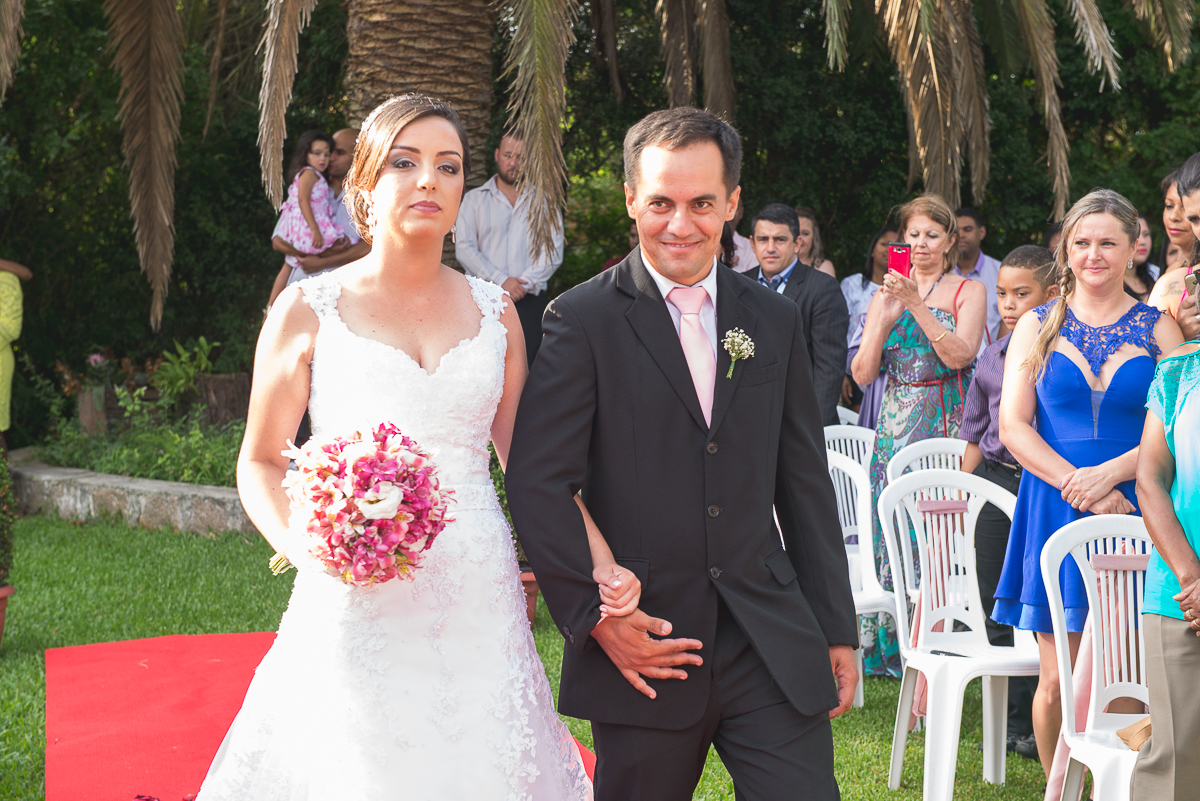 Entrada da noiva na cerimônia de casamento.