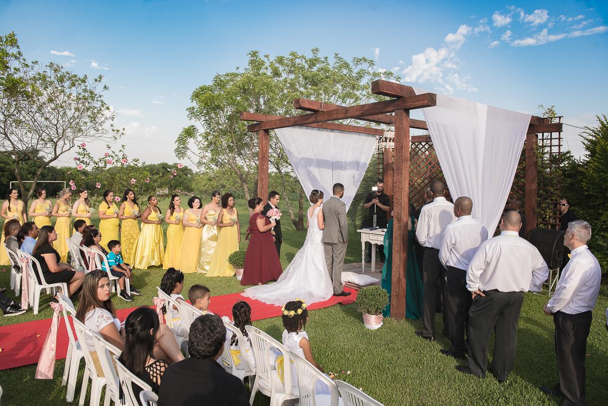 foto panorâmica da cerimônia de casamento ao ar livre.