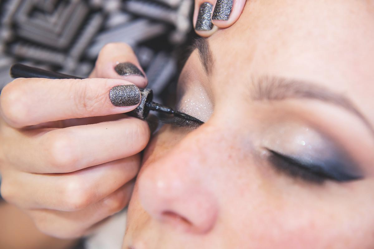 Detalhe da maquiagem da noiva  durante  nos preparativos da noiva para o casamento