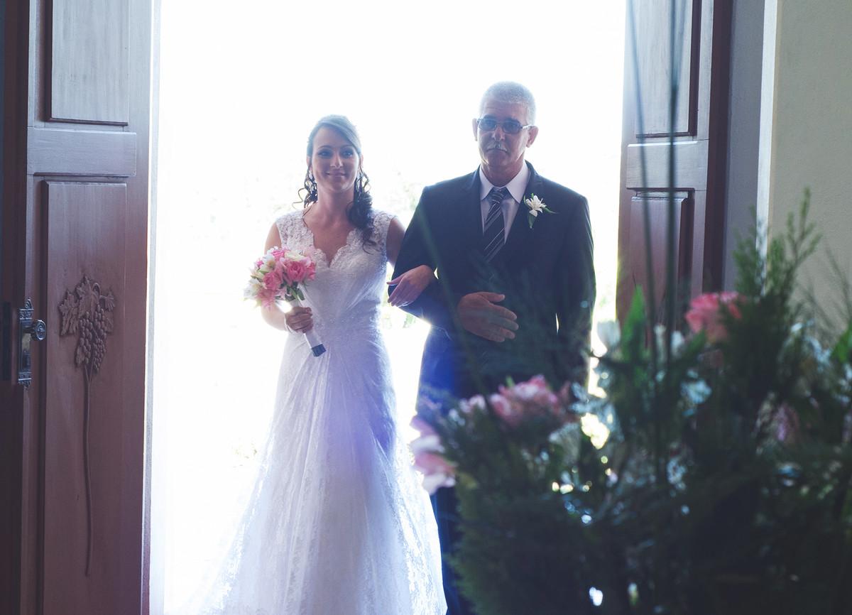 Entrada da noiva na irgeja acompanhada pelo seu pai.