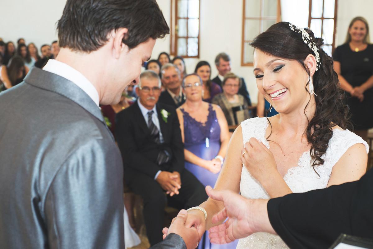 Noiva sorri de felizcidade durante a cerimonia.