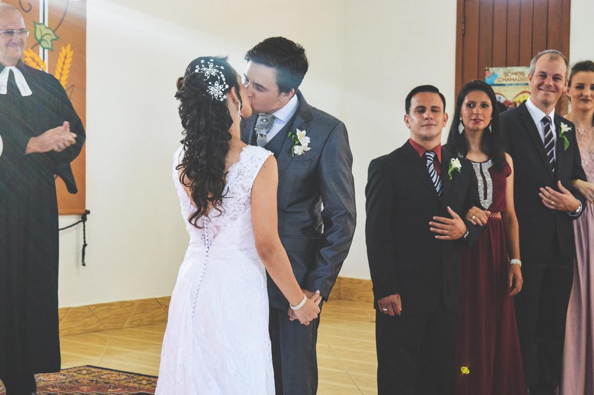 Beijo dos noivos no final da cerimônia de casamento.