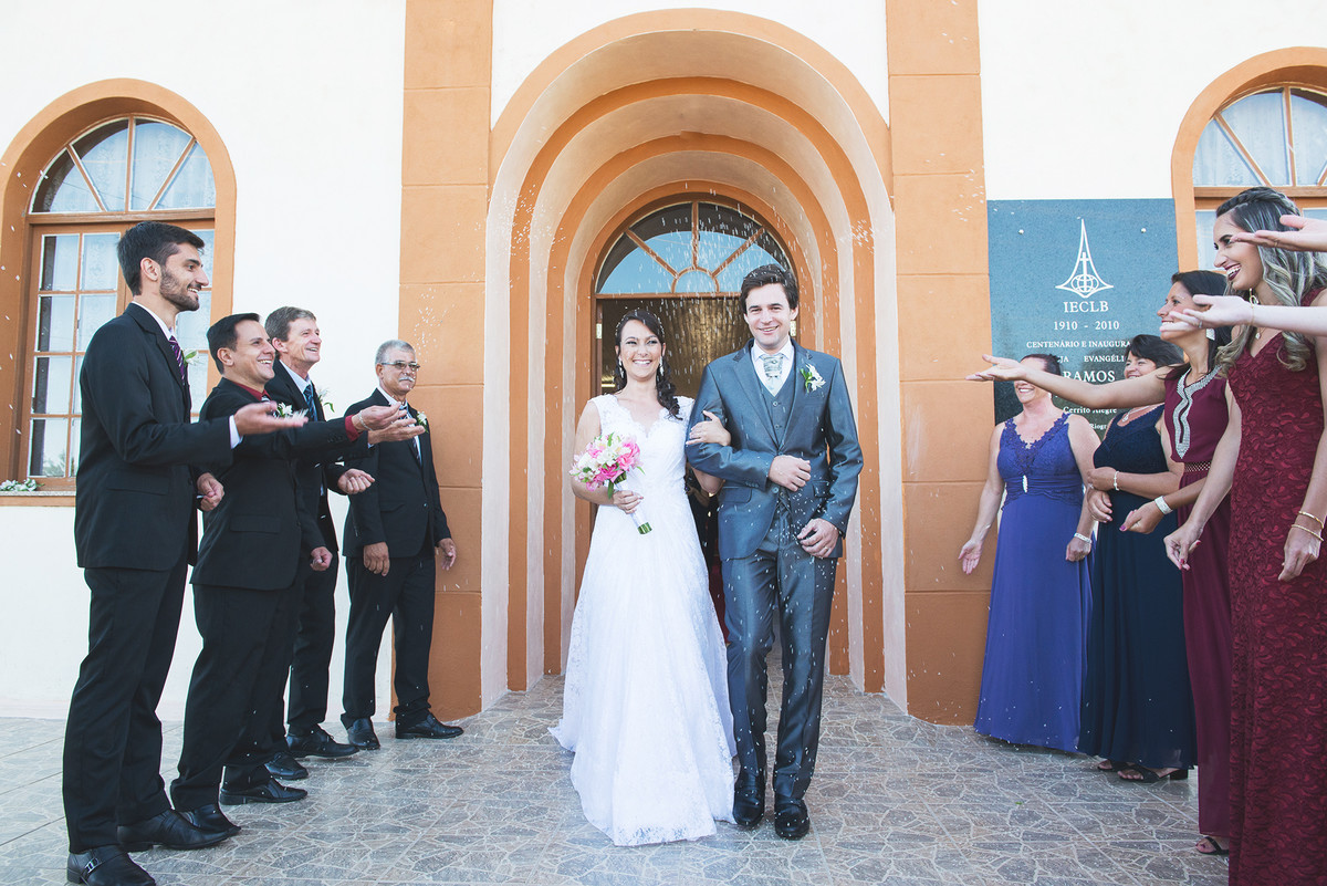 saida dos noivos da igreja após o casamento.