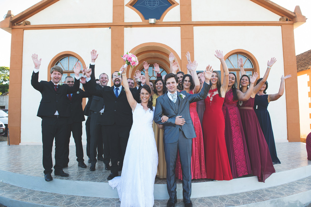 Foto dos noivos com os padrinhos apóso casamento na frente da igreja.