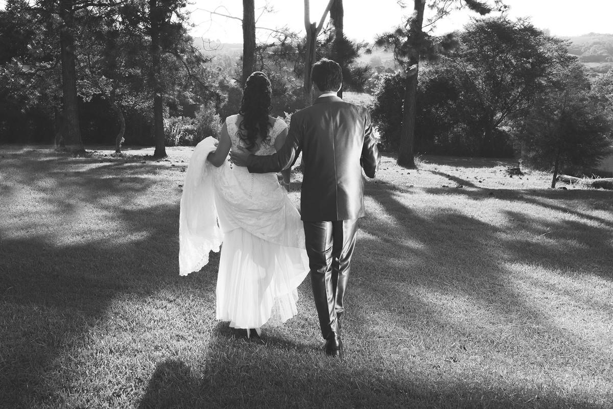Foto em preoto e branco dos noivos caminhando .