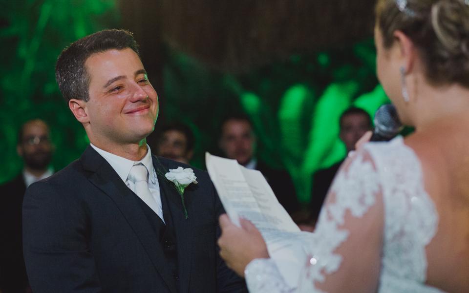 carolina ventriglia e augusto vivas se emocionam e se divertem em cerimônia de casamento realizado pelo celebrante edson na casa de festas villa morena no rio de janeiro, fotografia de aline lelles