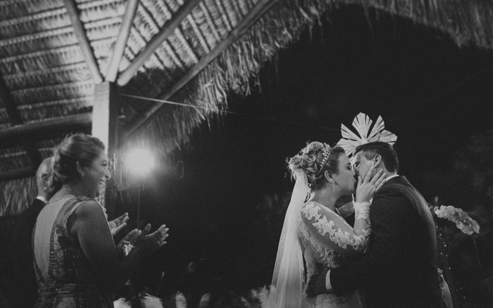 a hora do sim e a hora do beijo no casamento de carolina ventriglia e augusto vivas na casa de festa villa morena com fotografia de aline lelles