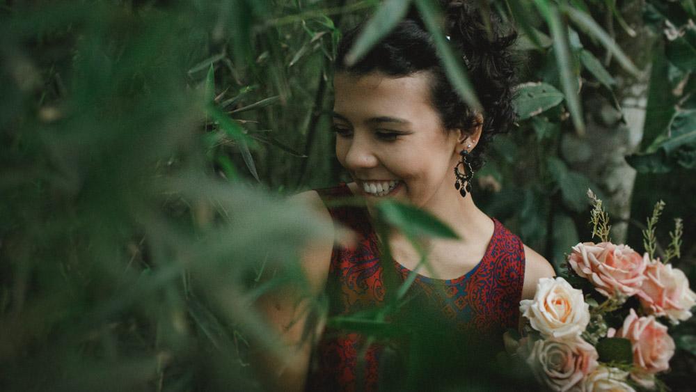 Meio tímida e com ar de menina, Nathalia Lovati se esconde por traz das folhas.