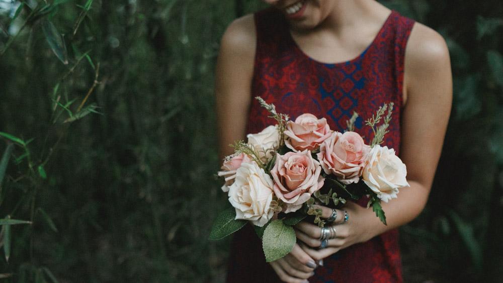"""Nathalia Lovati com seu buquê de rosas durante o ensaio fotográfico do projeto """"Só Para Fotógrafos""""."""