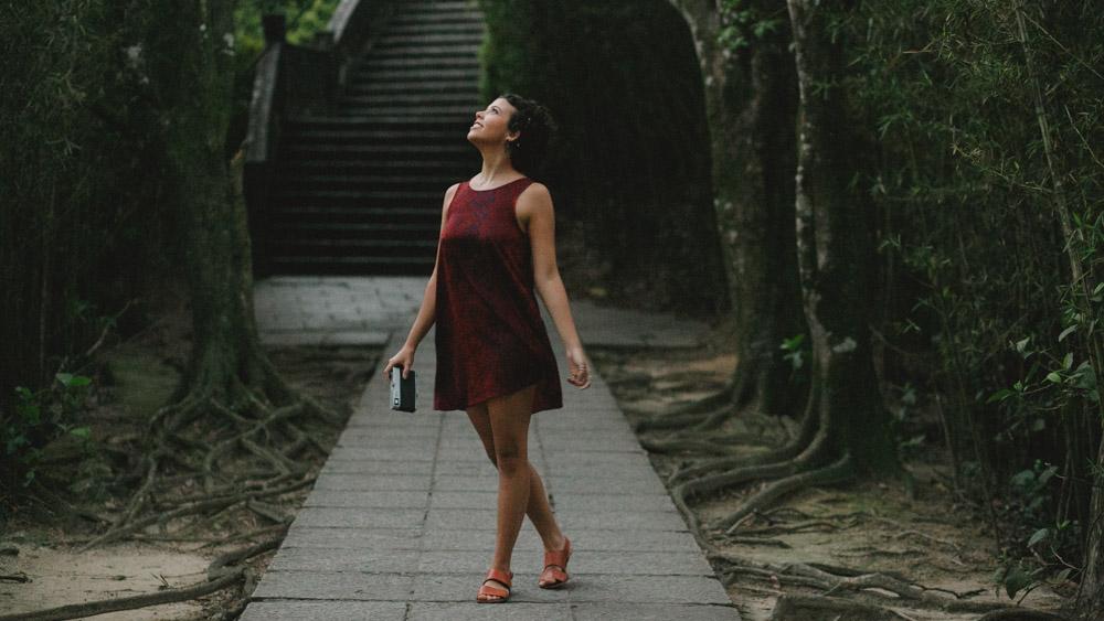Durante o ensaio fotográfico no Mirante Dona Marta   Rio de Janeiro - RJ, Nathalia Lovati se diverte com a sua Canonet da Conon.