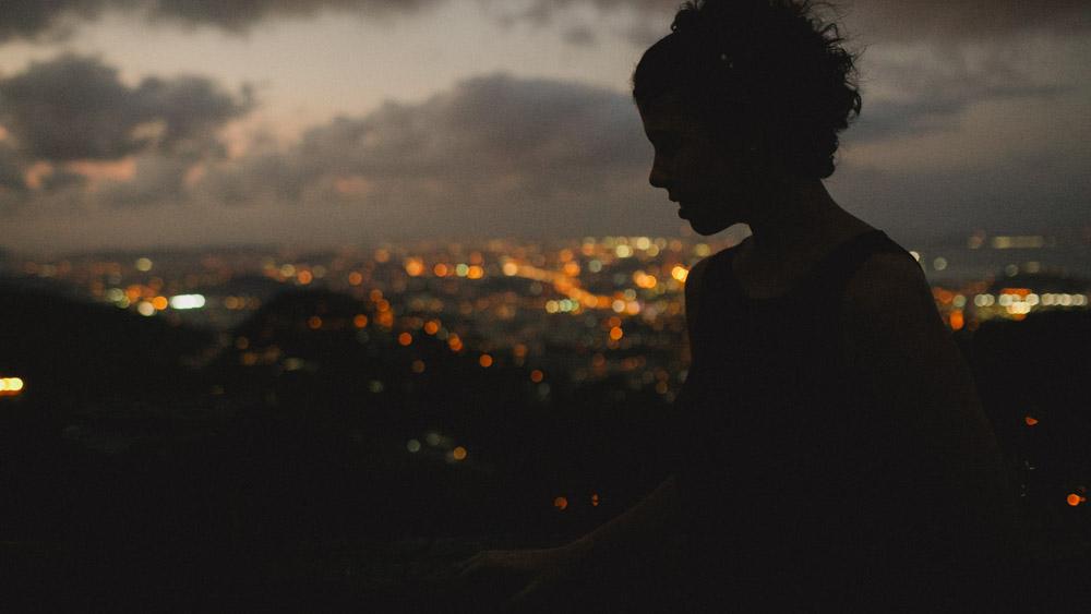 A arte de fotografar no contra luz do sol no Mirante Dona Marta   Rio de Janeiro - RJ, podemos ver a silhueta da Nathalia enquanto observa a cidade maravilho ao fundo.