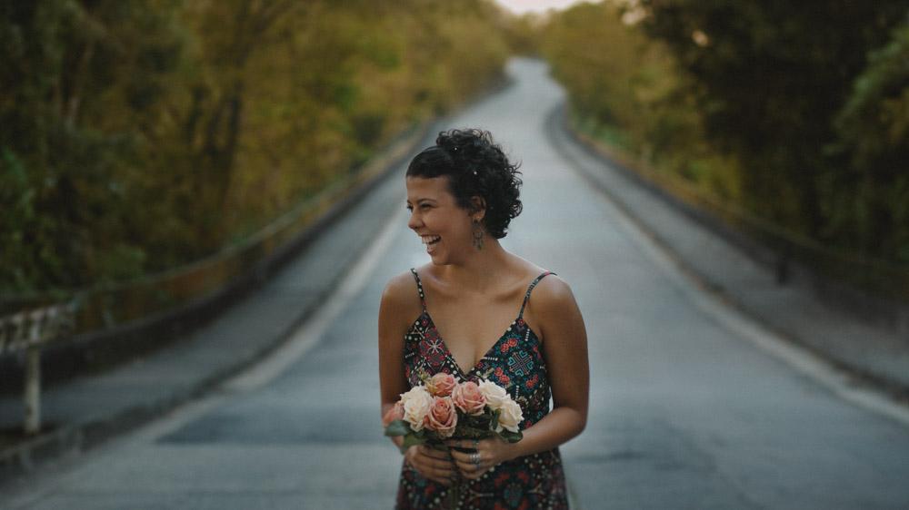 Subida animadíssima no Mirante Dona Marta   Rio de Janeiro - RJ, Nathalia segurando um lindo buquê de rosas, sempre alegre com ar de menina, se divertiu durante o ensaio fotográfico