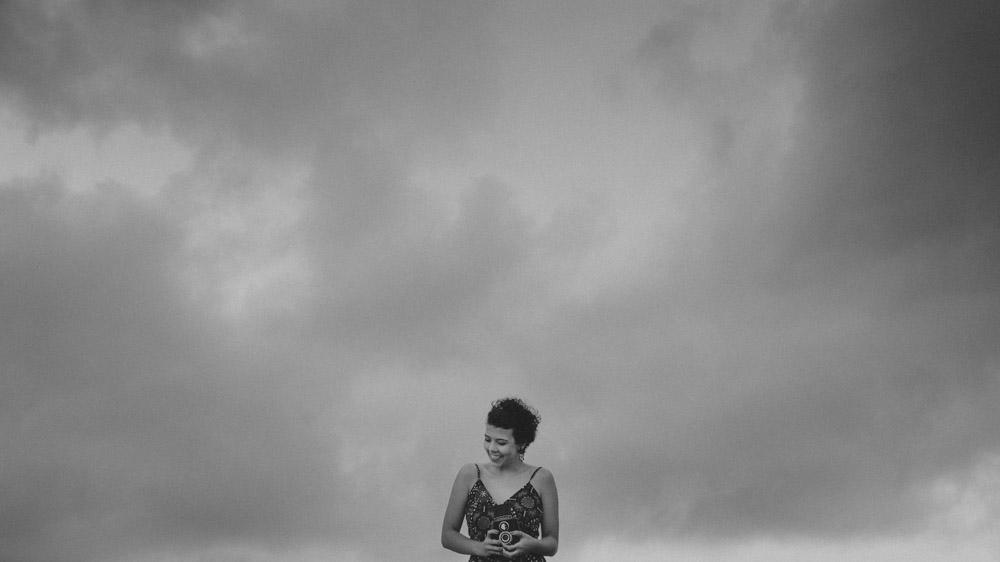 Mesmo com uma tempestade se formando, Nathalia Lovati não perde o sorriso, o bom humor e o ar de menina e continua se divertindo durante todo ensaio fotográfico.