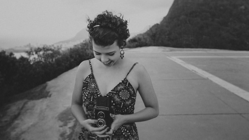 Nathalia Lovati posa com sua RolleiFlex durante o ensaio fotográfico no Mirante Dona Marta   Rio de Janeiro - RJ