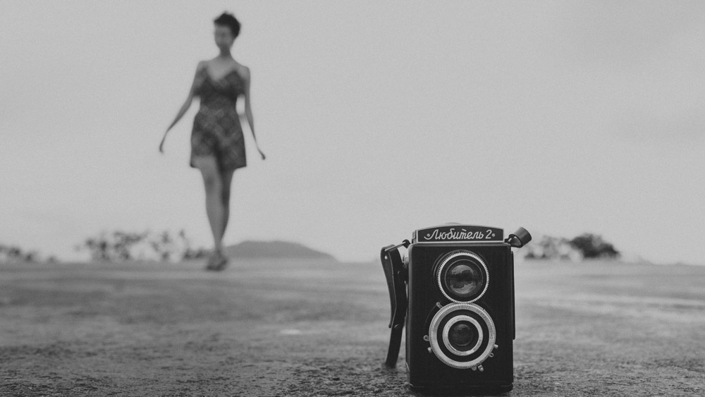 "Nathalia Lovati e sua Rolleiflex no Mirante Dona Marta   Rio de Janeiro - RJ, durante o ensaio fotográfico do projeto "" Só Para Fotógrafos"""