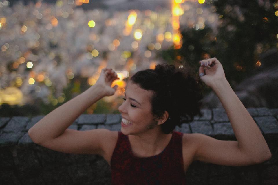 Após se familiarizar com o clima de modelo, Nathalia Lovati agora mais solta, brinca com as poses.