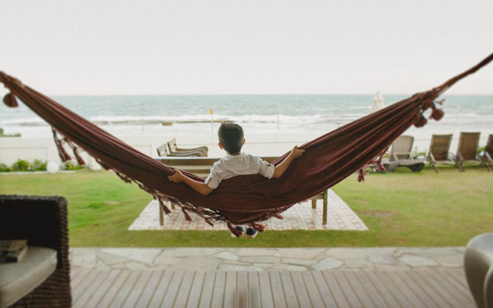 Enquanto espera a cerimônia de casamento, que tal olhar o mar sentado à rede... Fotógrafa: Aline Lelles