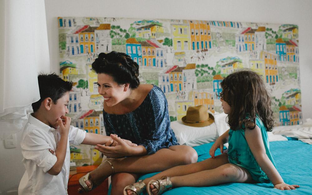 Bride's Moment | Fotografia de Casamento | Fotos de Noiva | Camila se distraindo antes da cerimônia com sua pequenina e o segundo homem da sua vida
