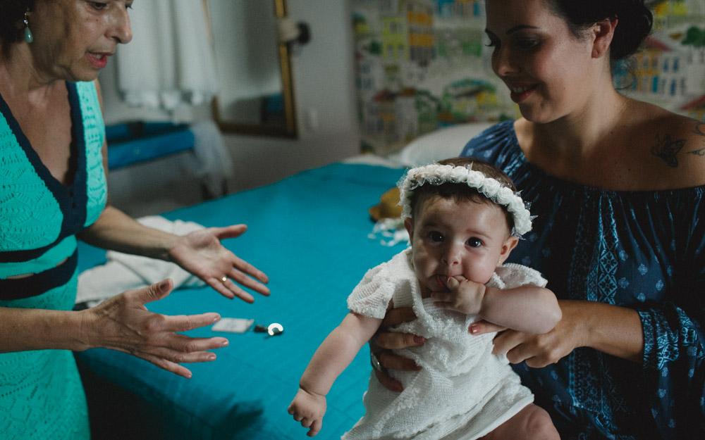 Bride's Moment | Fotografia de Casamento | Fotos de Noiva | Camila se distraindo antes da cerimônia com sua pequenina....
