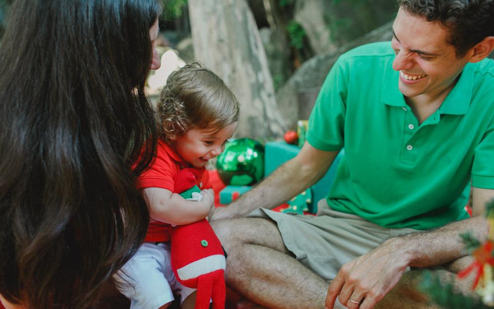 Antônio curtindo o ensaio fotográfico com os pais