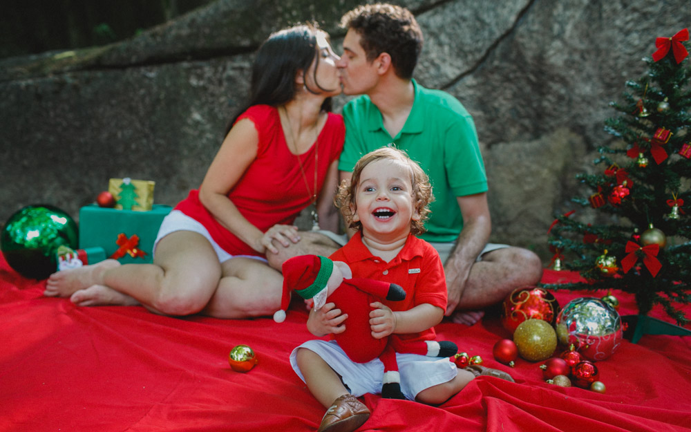 Antônio se divertindo muito durante a sessão de fotos de natal | enfeites de natal | Árvores de Natal | Fotografia de Família | Fotos Papai Noel
