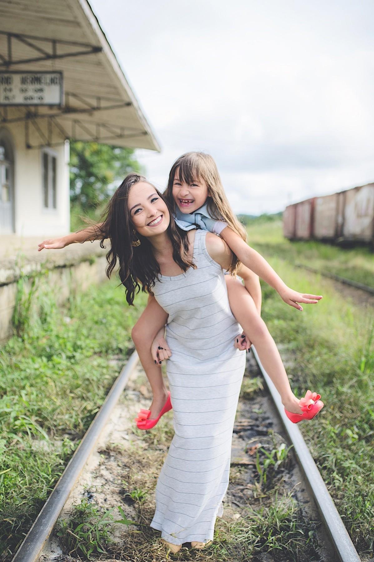 book família - vó - mãe - neta - ensaio fotográfico - são bento do sul - trilho de trem - estação de trem - chroma fotografia