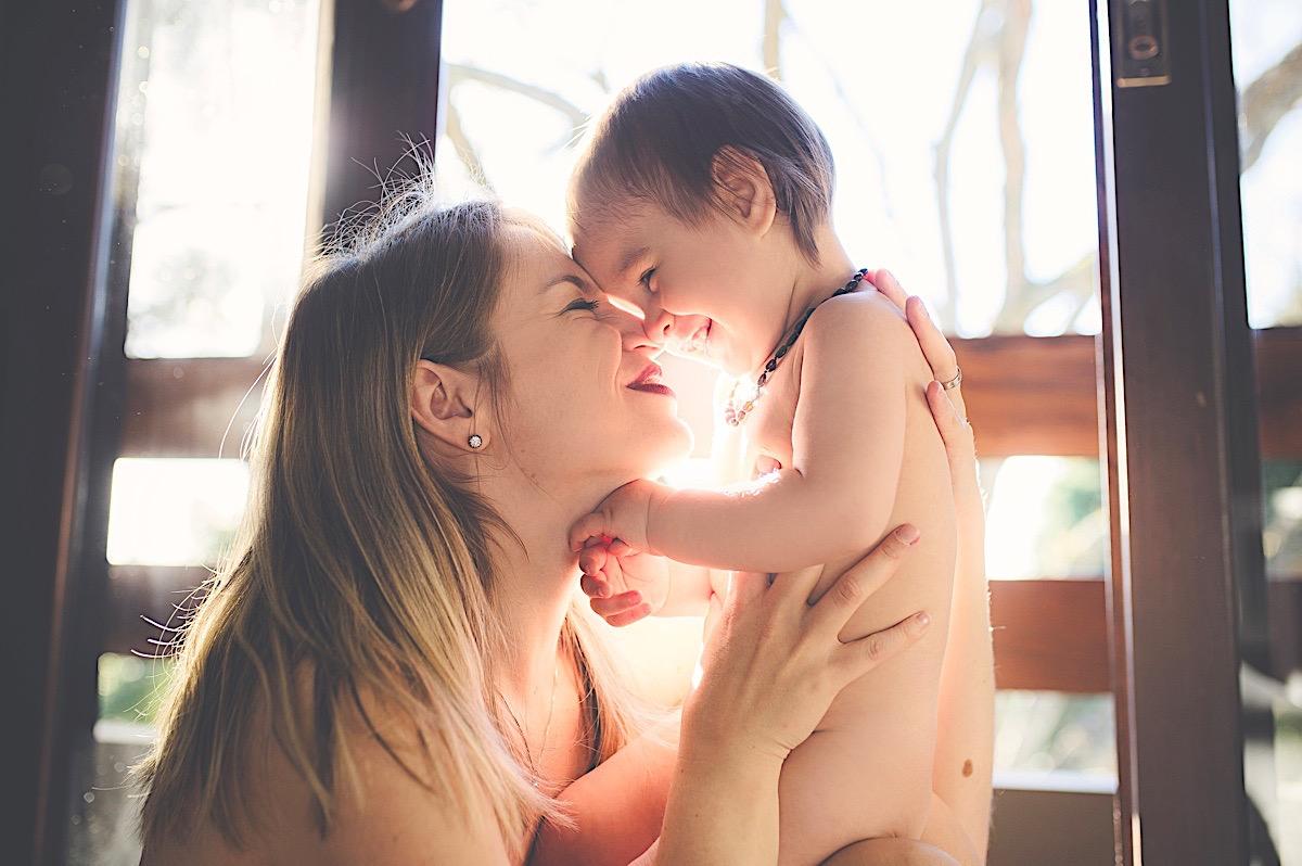 ensaio em casa - amamentação - mãe e filho - maternidade - são bento do sul - fotógrafo são bento do sul - chroma fotografia