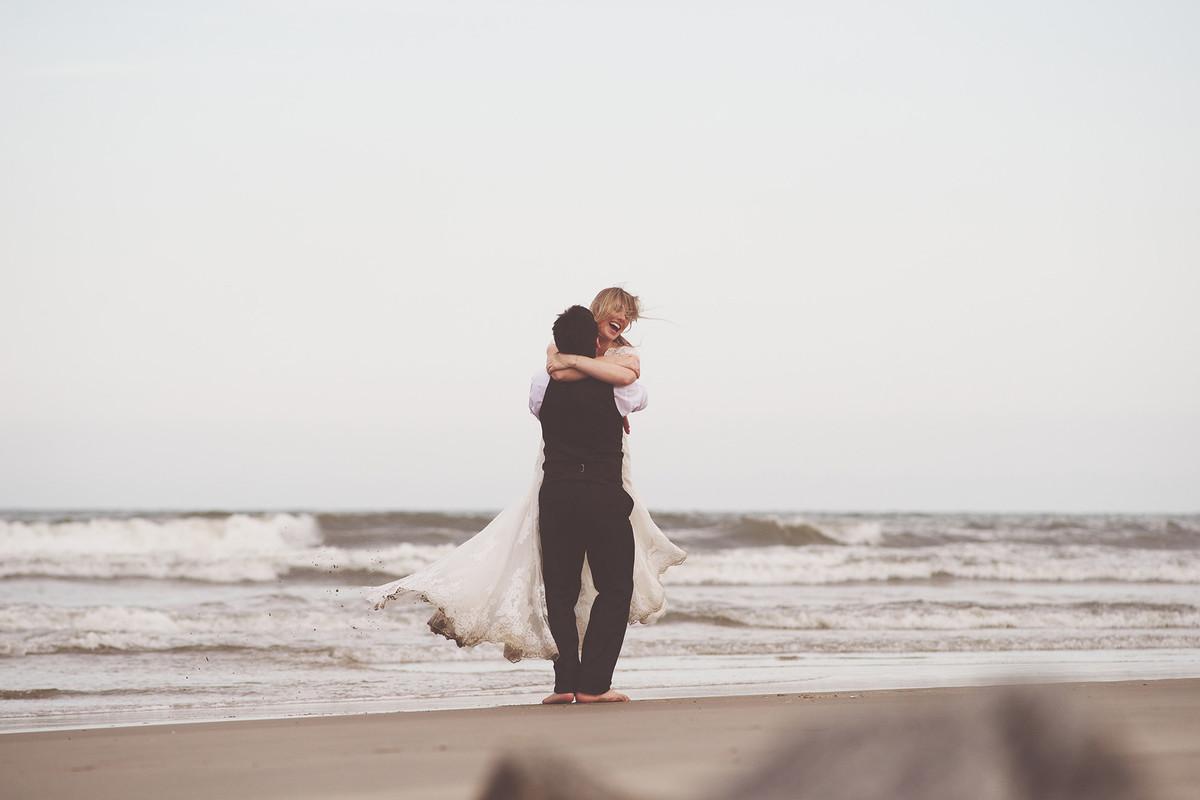 trash the dress - pós-casamento - caroline münch - leandro neiderdt - carol e leandro - praia - chroma fotografia
