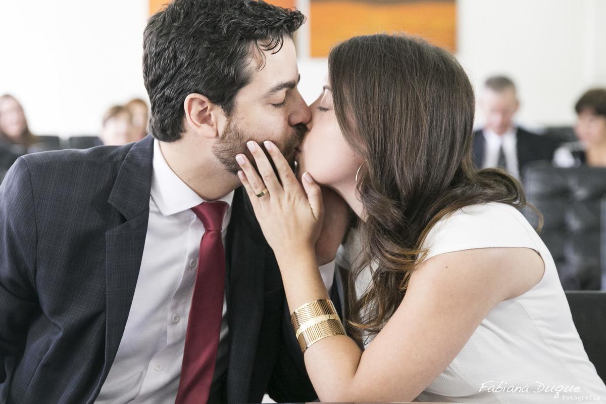 Beijo do casal na cerimônia civil em São Paulo