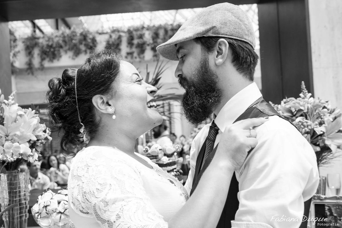 Noivos se beijando, casamento no Hotel Renaissance em São Paulo
