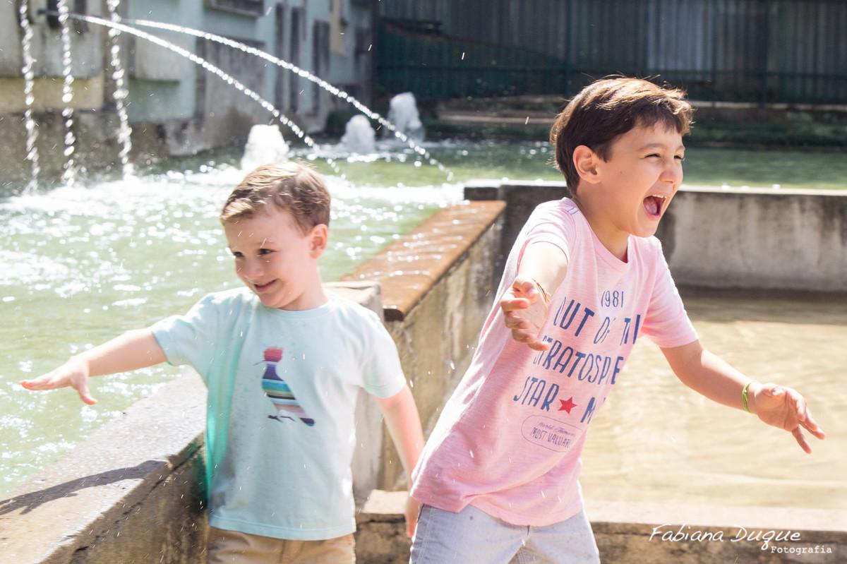 Brincando na água com o irmão no parque burle marx - SP