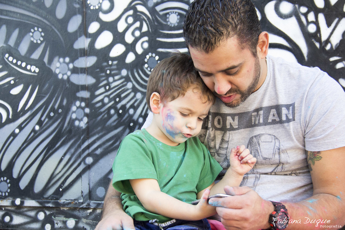 Ensaio de família com guerra de pó colorido no Beco do Batman - SP
