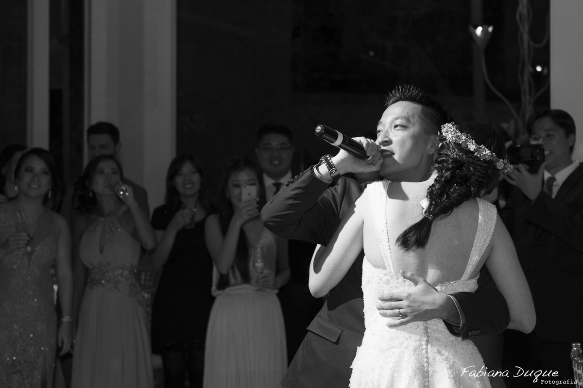 Noivo cantando para noiva