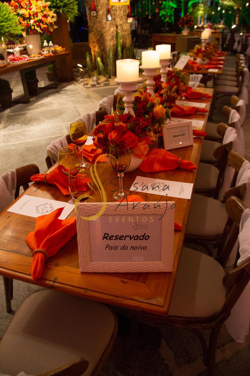 Casamento Zéfiro Niterói, mesa de convidados com flores laranja, vermelho e amarelo com velas.