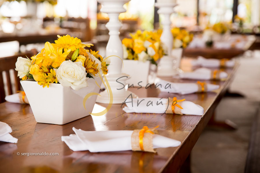 Casamento Zéfiro Niterói, mesa de convidados com flores amarelas, e guardanapos.