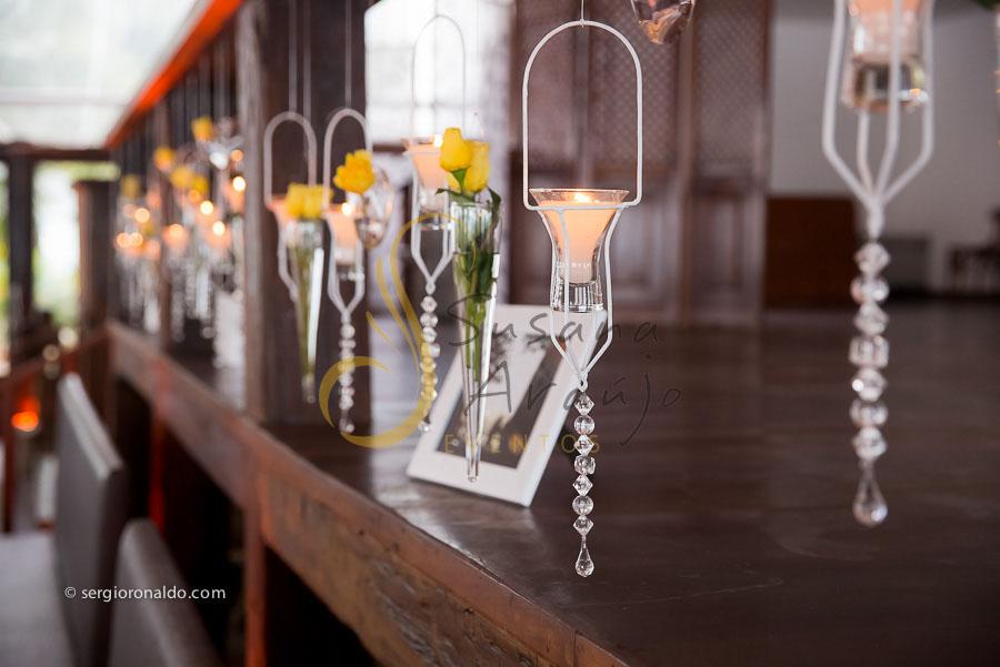 Casamento Zéfiro Niterói, detalhes suspensos com flores amarelas.