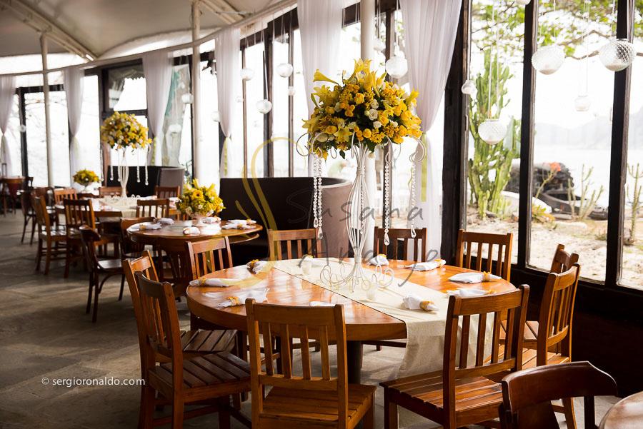 Casamento Zéfiro Niterói, mesa de bem casados com flores amarelas.