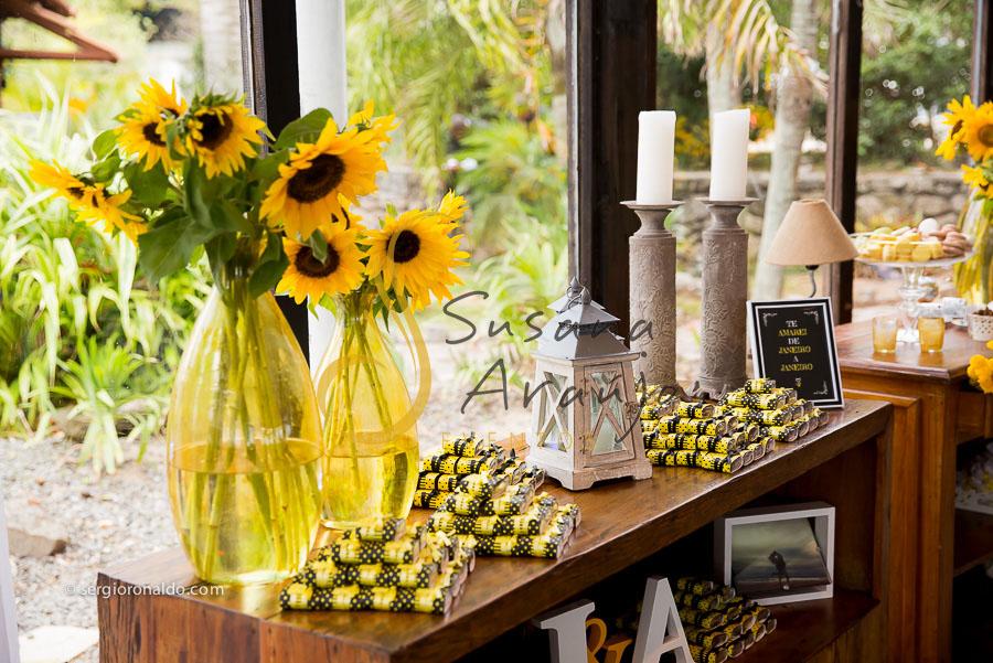 Casamento Zéfiro Niterói, mesa de bem casados com flores amarelas. E bem casados com embalagem preta e amarela. Girassóis na decoração!