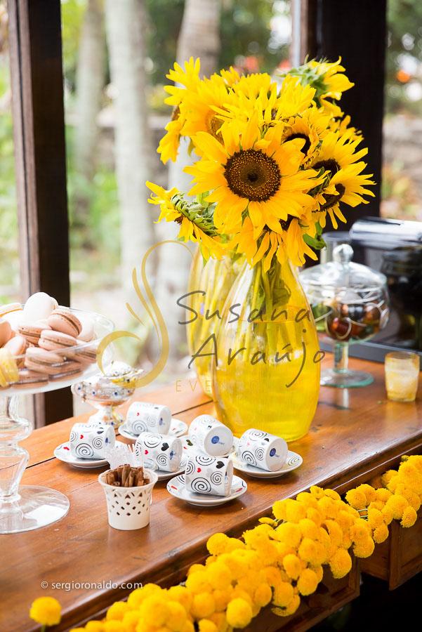 Casamento Zéfiro Niterói, mesa de café com flores amarelas.