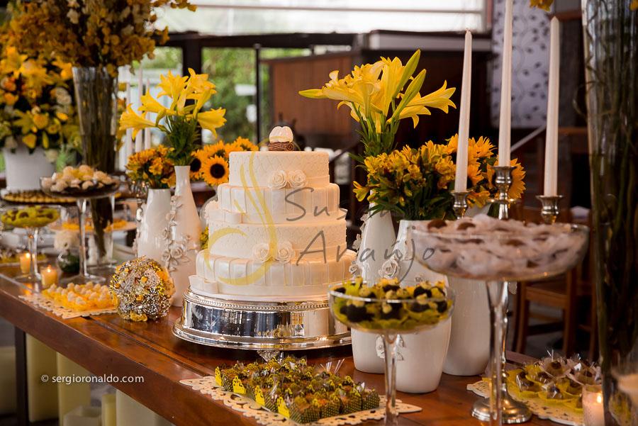 Casamento Zéfiro Niterói, mesa de doces e bolo com flores amarelas.