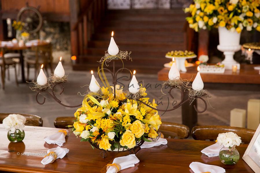 Casamento Zéfiro Niterói, mesa de convidados com flores amarelas e velas, Arranjo com velas.