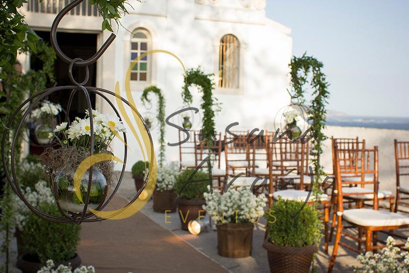 Casamento Zéfiro Niterói, cerimônia na Fortaleza de Santa Cruz, Capela de Santa Bárbara com flores brancas, suporte de ferro com flores, buchinhos.