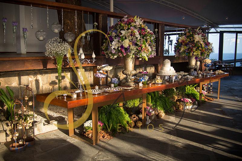 Casamento Zéfiro Niterói, mesa de doces com flores brancas, rosa e lilás, roxo.