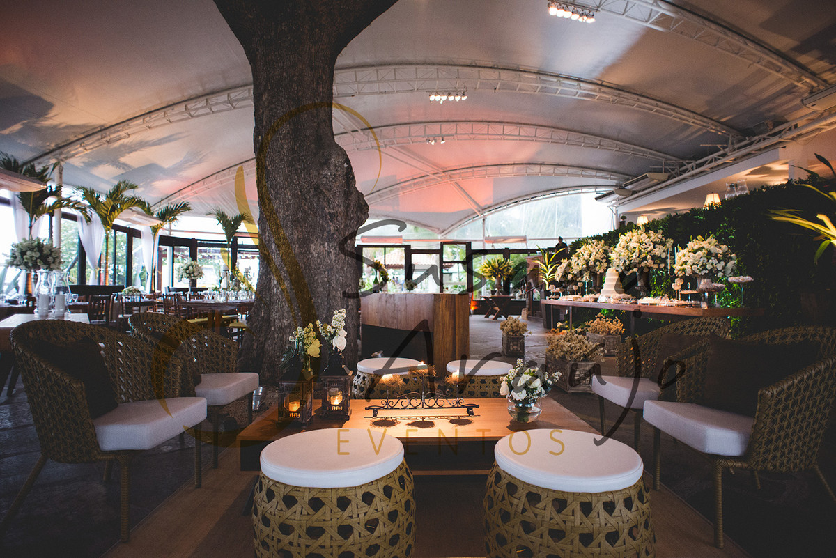 Casamento Zéfiro Niterói, mesa de doces e lounges com flores brancas.