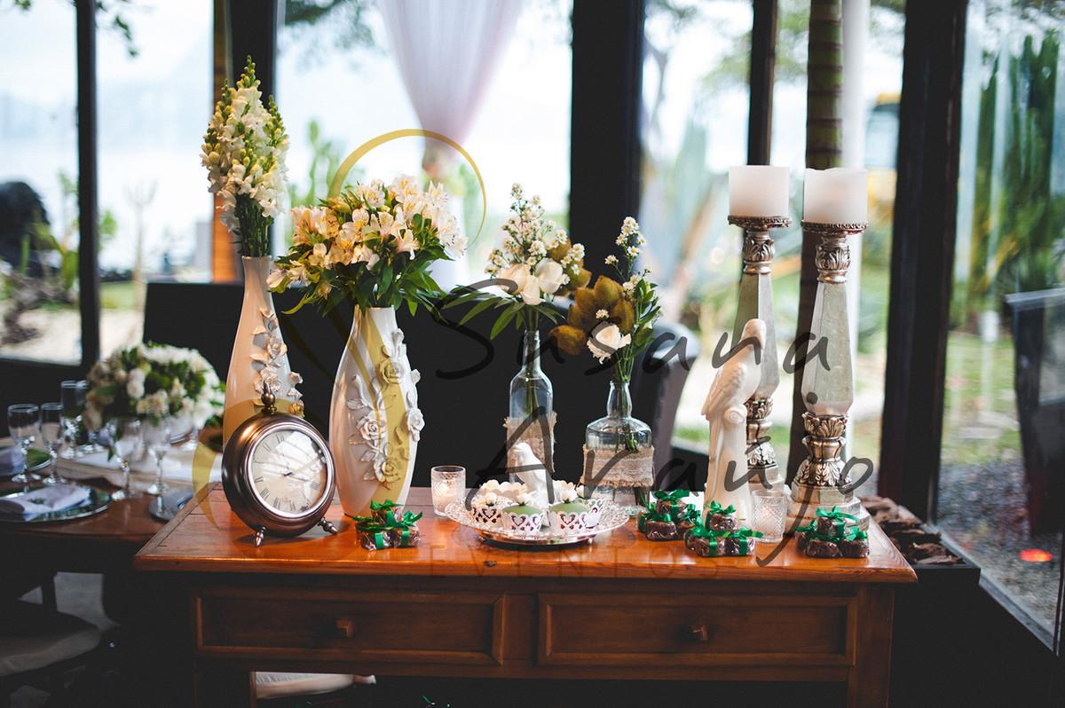 Casamento Zéfiro Niterói, mesa de bem casados com flores brancas.