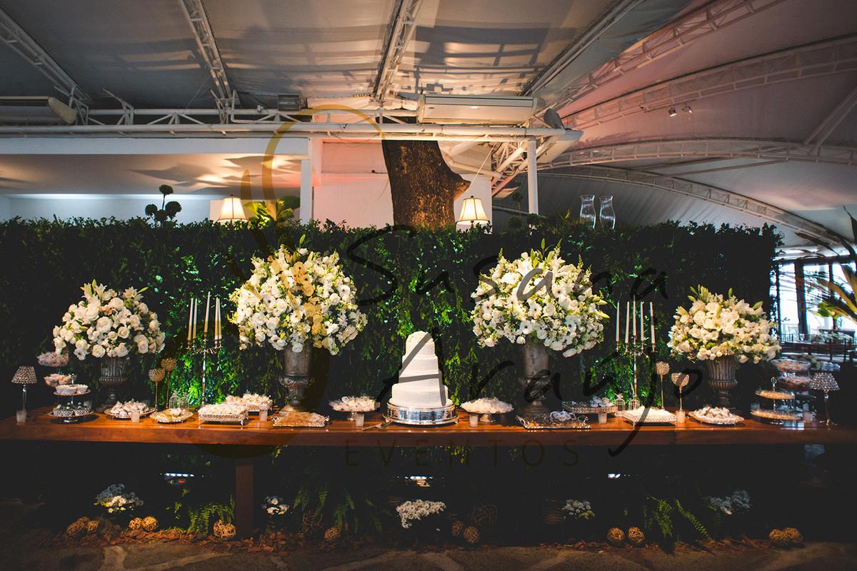 Casamento Zéfiro Niterói, mesa de doces com flores brancas.