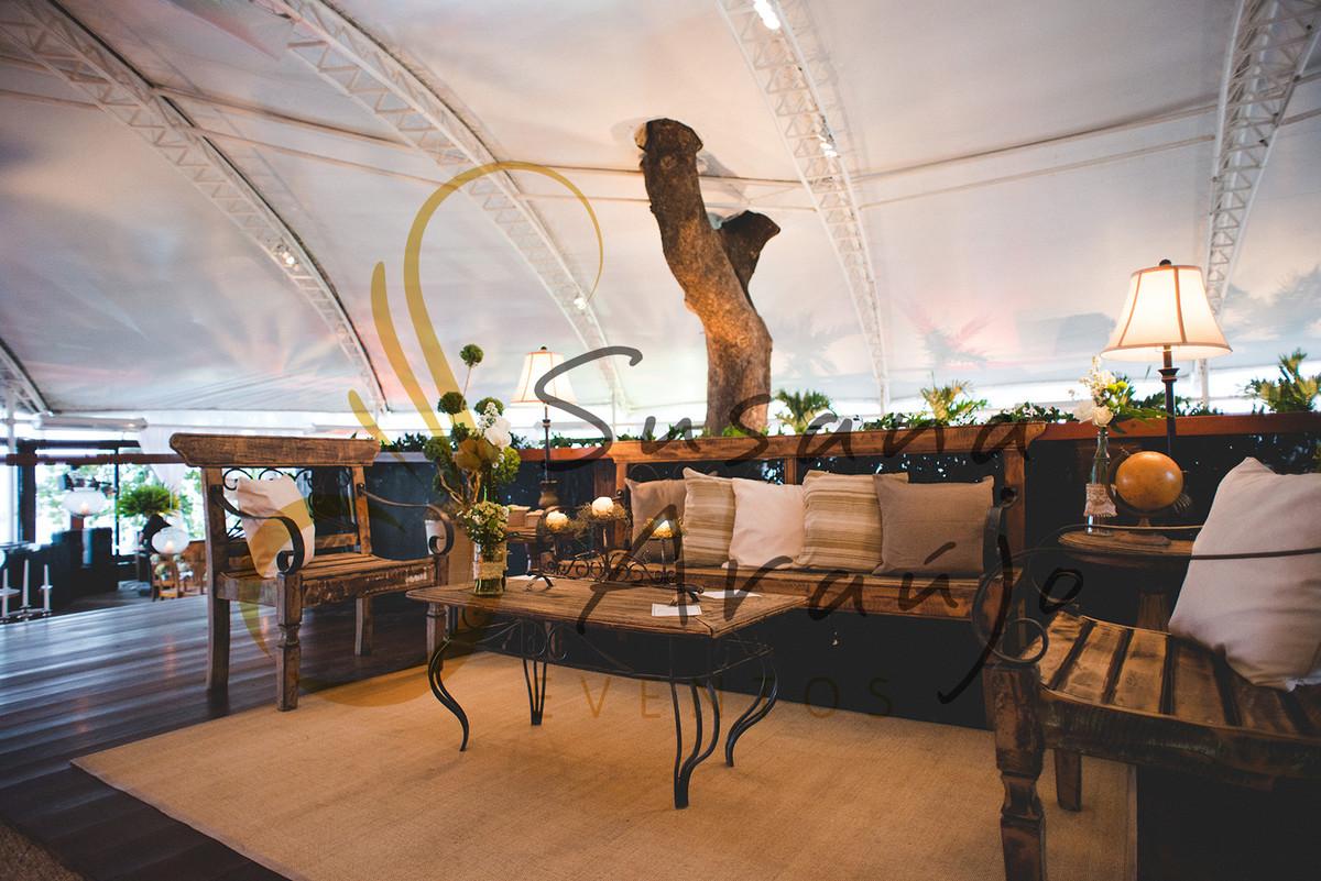 Casamento Zéfiro Niterói, lounge com flores brancas.